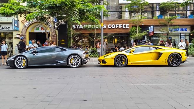 Cặp đôi siêu xe của Lamborghini gồm chiếc Huracan màu ghi xám và chiếc Aventador màu vàng đỗ tại phố đi bộ Nguyễn Huệ trong chuỗi ngày nghỉ lễ giỗ tổ Hùng Vương. Cả hai đều mang BKS TPHCM, trong đó chiếc Aventador màu vàng sở hữu biển 899.99 độc nhất vô nhị.
