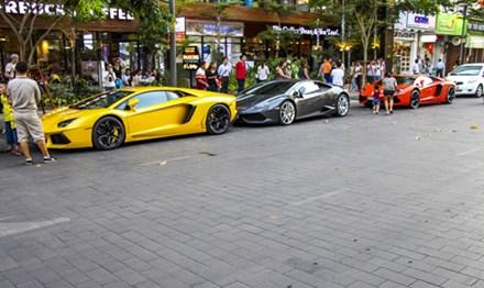 Ngoài bộ đôi Lamborghini, hàng loạt những siêu xe nổi tiếng khác cũng có dịp tụ hội trên con phố trung tâm Sài Gòn vào cuối tuần qua. Trong ảnh là bộ ba Lamborghini cùng Rolls-Royce Ghost và cMercedes S500L độ Wald Black Bison.
