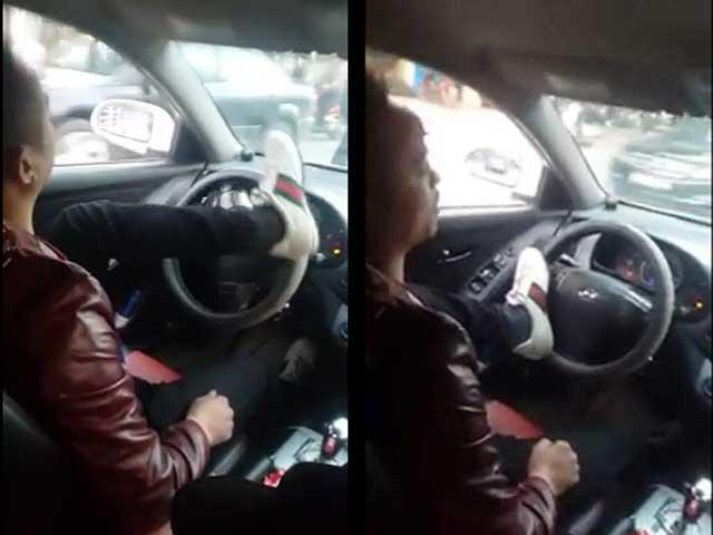 Dân mạng sốc khi xem tài xế lái ô tô bằng một chân