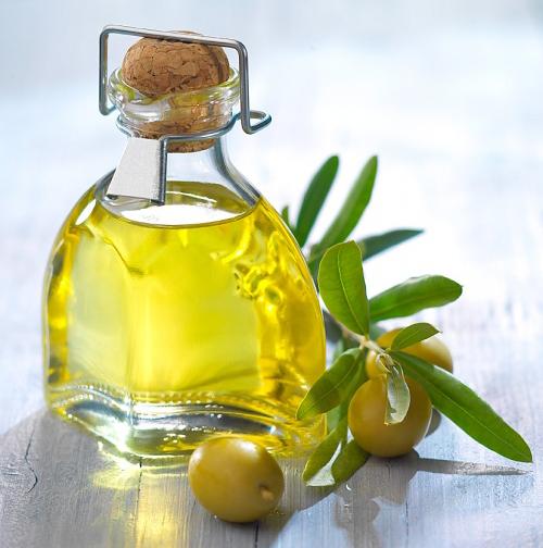 Kết hợp bột nghệ và dầu ô liu để cung cấp độ ẩm cho làn da