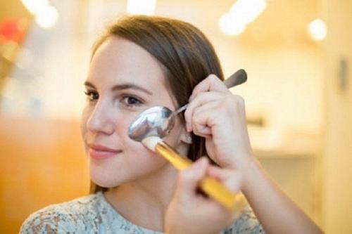 Một chiếc thìa có thể giúp chị em phụ nữ giải quyết nhiều tình huống khó khăn trong khi làm đẹp
