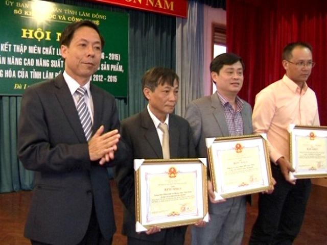 3 tập thể được UBND tỉnh Lâm Đồng tặng bằng khen vì đã có thành tích trong thực hiện dự án năng suất chất lượng hàng hóa tỉnh Lâm Đồng giai đoạn 2012-2015.