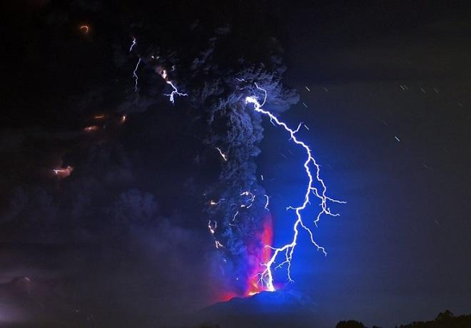 Vài giờ trước đợt phun trào đầu tiên, các quan chức địa phương tuyên bố mức báo động đỏ và khoảng 5.000 được sơ tán. Người dân ở thành phố Bariloche, Argentina, cách đó khoảng 100 km, được yêu cầu ở trong nhà để tránh nguy hiểm