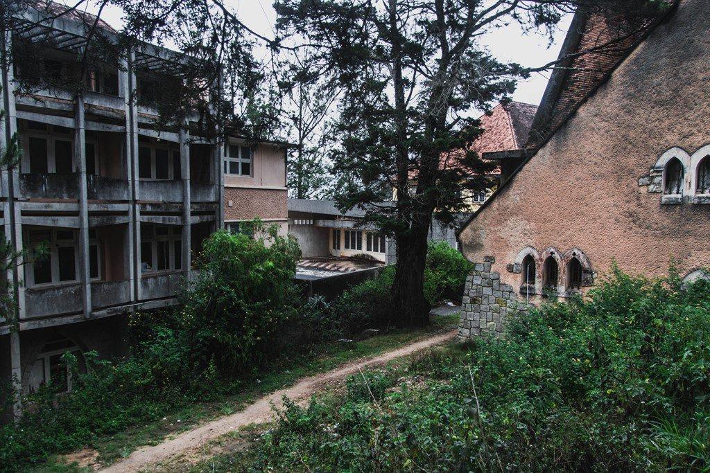 Nhà nguyện bị bỏ hoang ở Đà Lạt hấp dẫn khách du lịch - ảnh 6