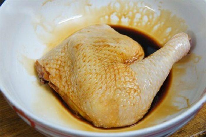 Mách chị em cách nướng gà bằng nồi cơm điện ngon xuất sắc