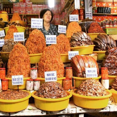 Ngoài ra, đến chợ Châu Đốc, bạn có dịp được khám phá ẩm thực An Giang vô cùng phong phú