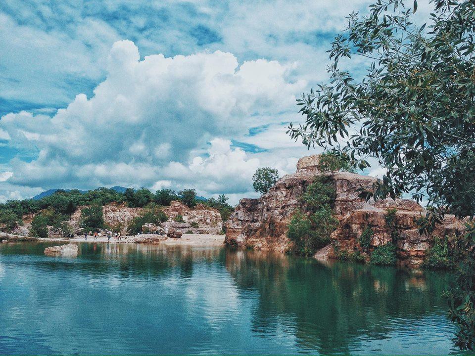 """Hồ Tà Pạ ẩn mình trong núi Tà Pạ – là một trong bảy ngọn núi tạo nên địa danh """"Thất Sơn"""" nổi tiếng ở An Giang. Trên đỉnh núi Tà pạ còn có ngôi chùa tuyệt đẹp của người Kherme."""