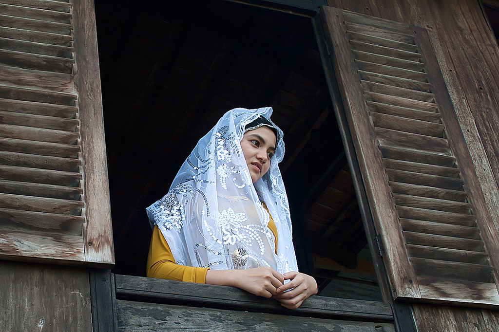Đến làng người Chăm này, du khách còn được khám phá vẻ đẹp của những cô gái Chăm với nghề dệt truyền thống
