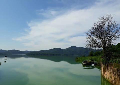 Hồ Kẻ Gỗ là một hồ nước ngọt rộng lớn ở tỉnh Hà Tĩnh