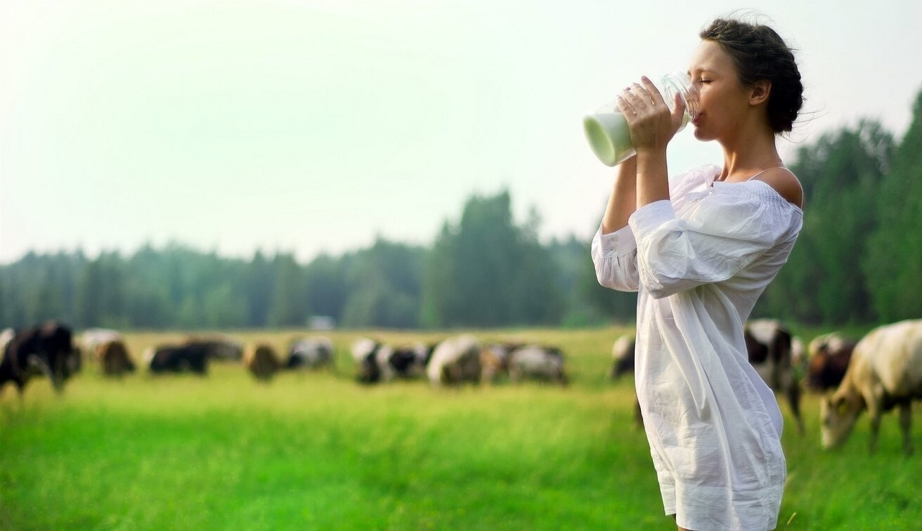 Uống sữa thường xuyên giúp bạn có hệ xương chắc khỏe, mái tóc óng mượt và giảm stress
