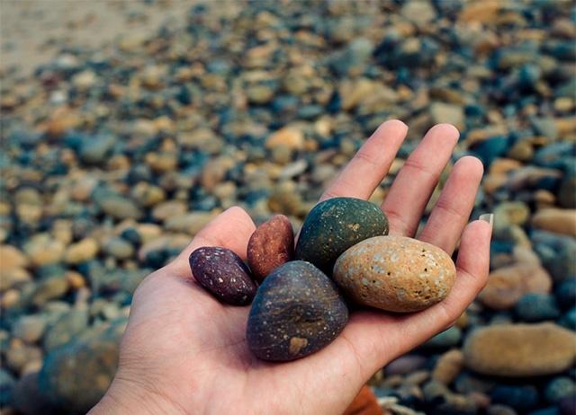 Cả chủ nhân chiếc đồng hồ và công ty Baza đều khiếu nại lên bưu điện vì sự cố những viên đá cuội này