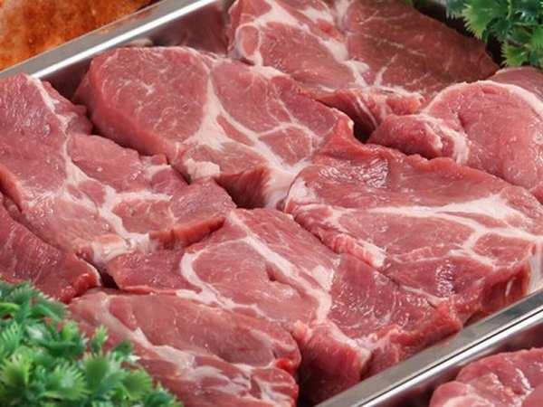 Thịt lợn trong siêu thị vẫn có mức giá gấp 2-3 lần so với các điểm bán ỏ nông thôn