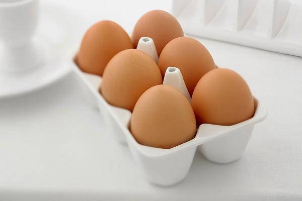 Đặt trứng vào những khay hoặc hộp nhỏ và để vào bên trong tủ lạnh