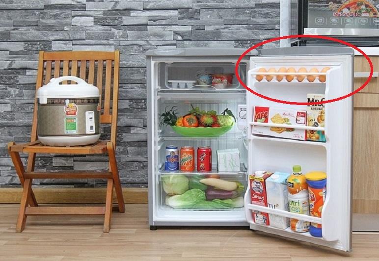 Cánh cửa tủ lạnh nhiệt độ không ổn định, không thích hợp để bảo quản trứng lâu ngày