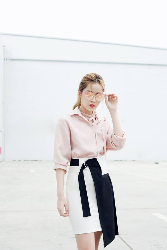 Với chiếc chân váy bút chì hai màu đối lập trắng - đen, Chi Pu chỉ cần mặc thêm một chiếc sơ mi màu hồng phấn nhẹ nhàng là có thể gây được sự chú ý với những người xung quanh.