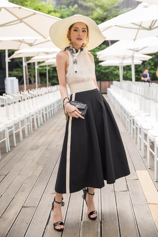 Chân váy chữ A xòe rộng được Chi pu phối với crotop màu trắng, mũ rộng vành, street style của cô nàng trở nên ấn tượng hơn bao giờ hết.
