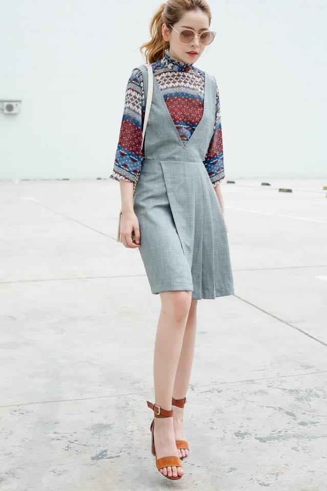 Chi Pu gợi ý cách mix đồ thanh lịch cho quý cô công sở với váy yếm từ chất liệu kaki kết hợp với sơ mi hoạ tiết nổi bật.