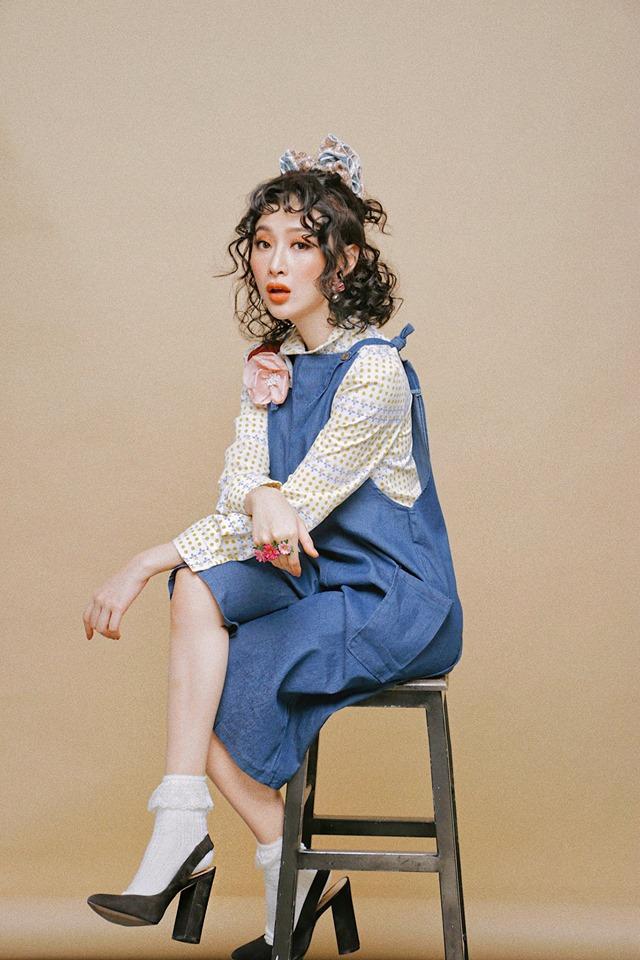 Chiếc váy yếm maxi từ chất liệu jean mềm đã giúp bộ trang phục của Angela Phương Trinh nữ tính hơn bao giờ hết.