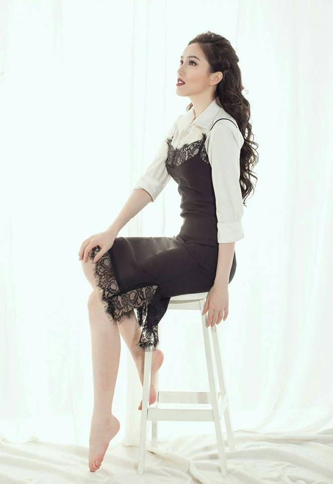 Thêm một kiểu mix đồ với váy yếm ren mà ca sĩ Bảo Thy gợi ý. Với yếm ren đen và áo sơ mi trắng, bộ trang phục của Bảo Thy cá tính hơn, hoàn toàn khác với phong cách 'kẹo ngọt' của Minh Hằng.