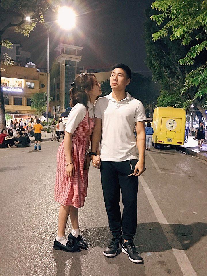 Hotgirl Mai Anh diện maxi caro đỏ nổi bật cùng áo pull trắng, kết hợp cùng giày loadfer mang phong cách cổ điển xuất hiện trên phố đi bộ.