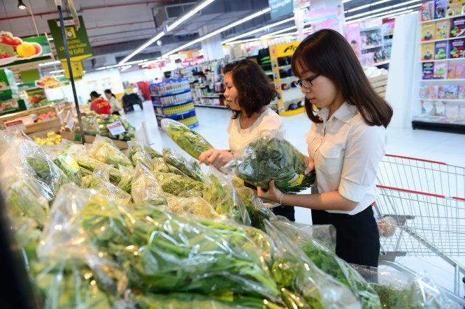 Những kệ hàng bán rau hữu cơ ở siêu thị luôn thu hút rất nhiều người mua
