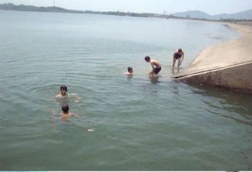 Các em học sinh thường rủ nhau tắm sông vào mùa hè nóng bức vô cùng nguy hiểm. Ảnh: Minh họa.