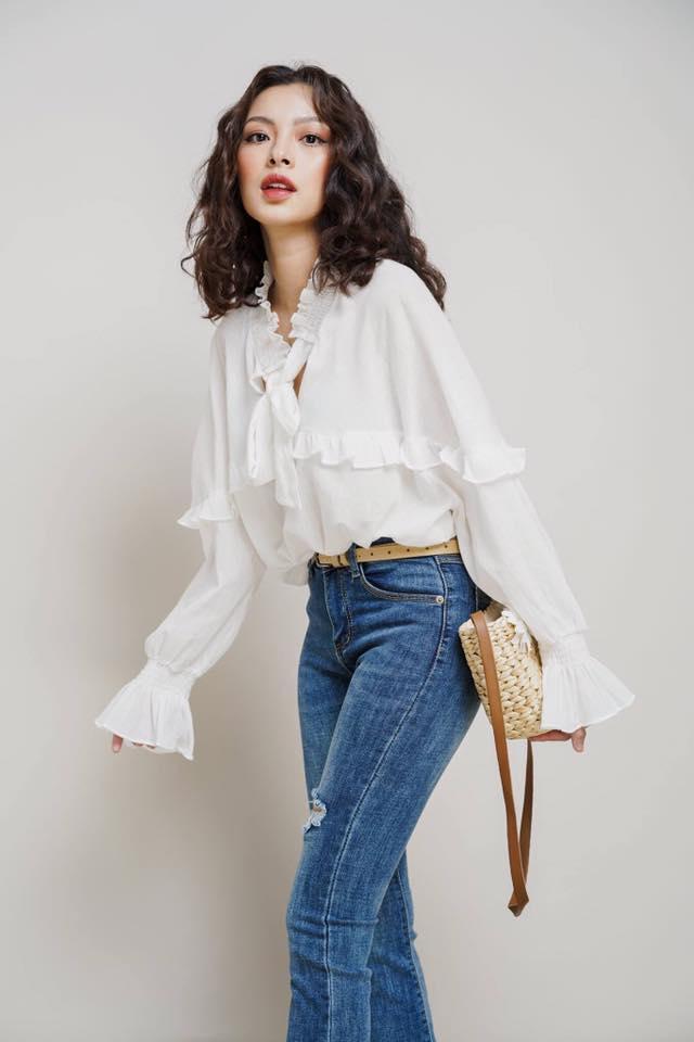 Áo sơ mi với họa tiết bèo nhún là điểm nhấn quan trọng được mix cùng jean dài rách gối giúp Tú Hảo cân bằng được sự dịu dàng và cá tính trong bộ trang phục của mình. Với cách diện đồ này, bạn có thể áp dụng khi đến chốn công sở