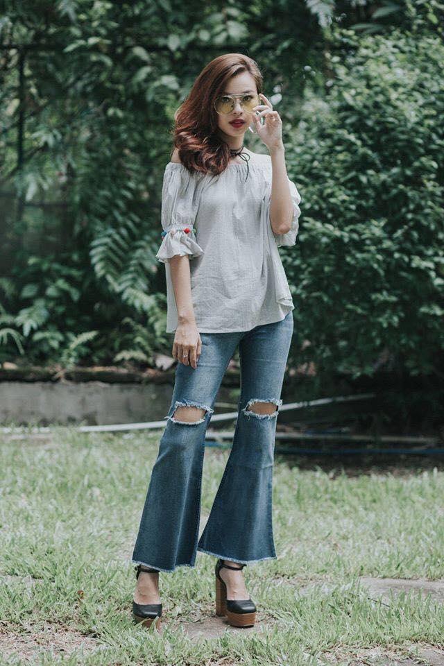 Jean ống loe được Tú Hảo mix cùng áo trễ vai dáng xuông. Một bộ trang phục gợi nên sự nhẹ nhàng, thanh thoát cho gương mặt thương hiệu này.