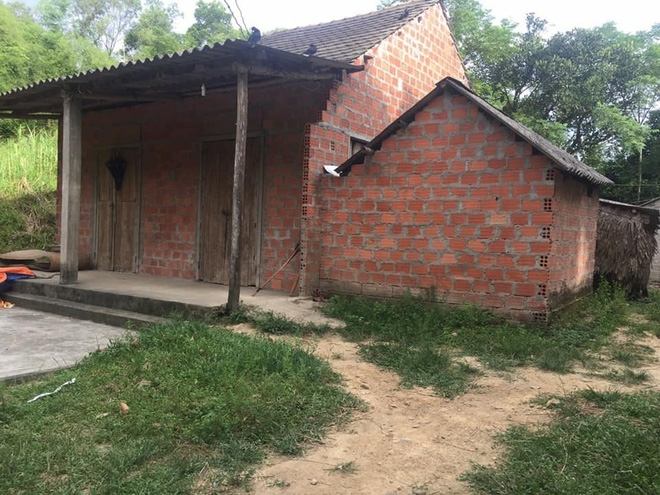 Ngôi nhà nhỏ của vợ chồng chị Ánh luôn đóng cửa im lìm do cha mẹ trong bệnh viện, các con phải nhờ ông bà chăm sóc