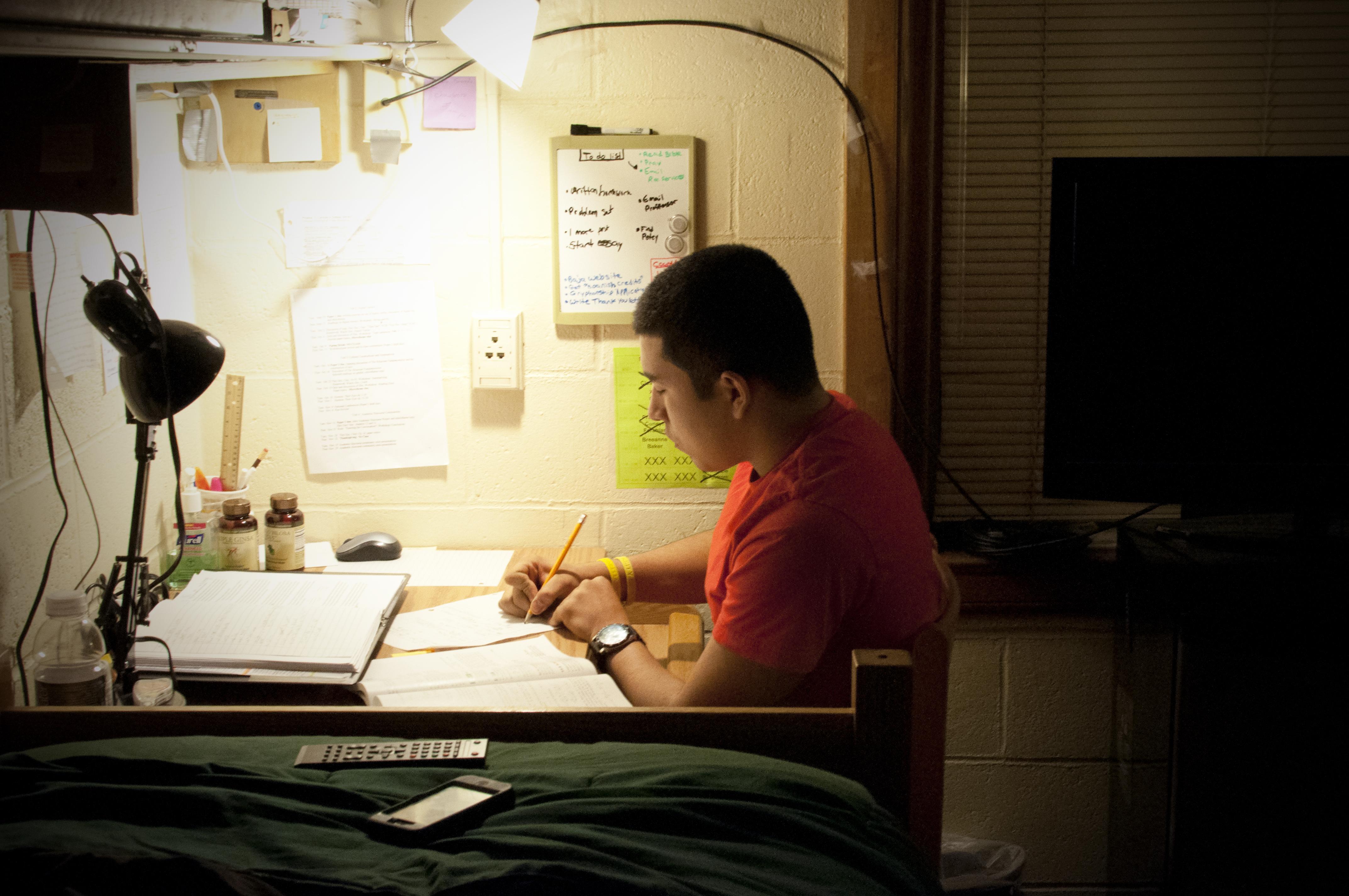 Không nên thức quá khuya để ôn bài trước ngày thi THPT Quốc gia