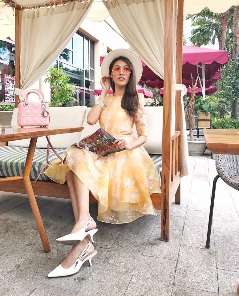 Bộ đầm nữ tính in hoa vàng nổi bật được Lan Khuê mix cùng giày Jacdior - một trong những đôi giày quyền lực nhất hiện nay mà nhiều ngôi sao đang sở hữu.