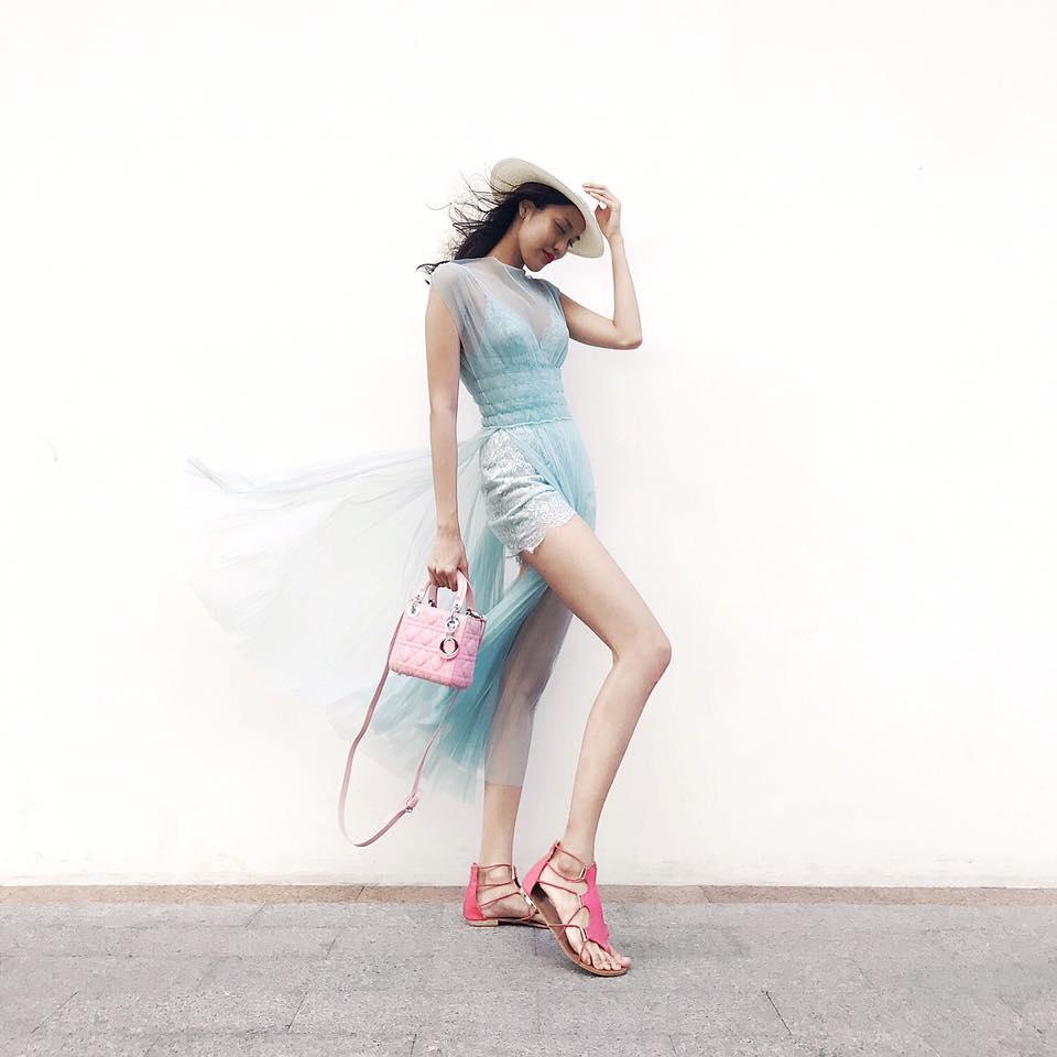 Jumsuit xanh bạc hà được Lan Khuê mix cùng sandal bệt màu đỏ hồng nổi bật