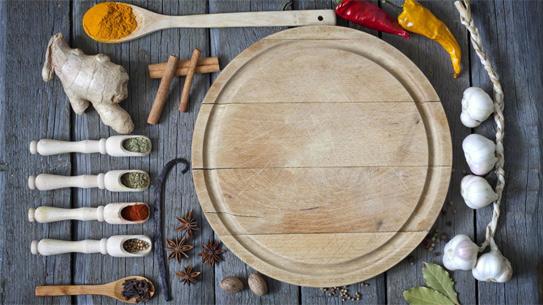 Thớt gỗ mới mua về ngâm trong nước muối sẽ giúp thớt bền chắc hơn