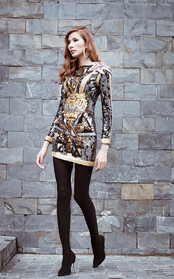 Với chiếc váy liền khoe vóc dáng mảnh mai, Hoàng Thùy tạo được ấn tượng với những chi tiết ánh kim gắn trên trang phục của mình