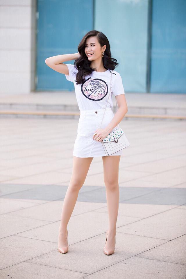 Đông Nhi khỏe khoắn, tươi mát trong 'cây trắng': áo pull, chân váy jean và túi xách trắng