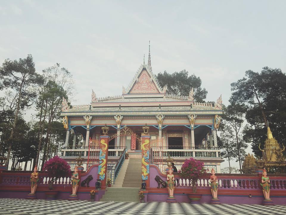 Chùa Sà Lôn theo lối kiến trúc quen thuộc của những ngôi chùa Khmer