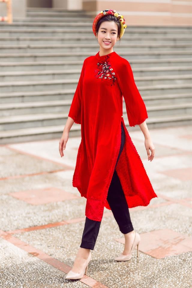 Hoa hậu Đỗ Mỹ Linh thường chọn áo dài đỏ cách tân để thể hiện phong cách trẻ trung của những cô gái Việt hiện đại