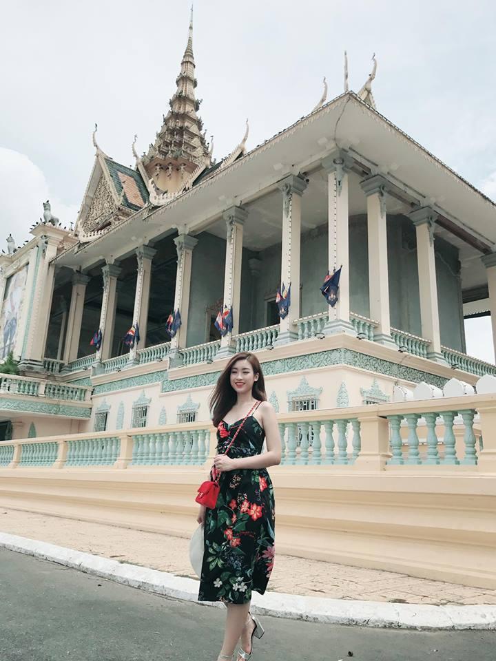 Trong chuyến du lịch Campuchia, Mỹ Linh chon maxi hai dây mảnh màu tối điểm xuyết hoa màu sắc
