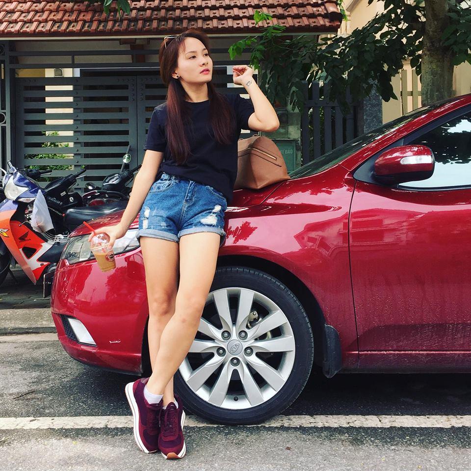 Áo pull đen, sooc jean cùng sneaker màu đỏ đô mang đến sự trẻ trung, khỏe khoắn cho Bảo Thanh