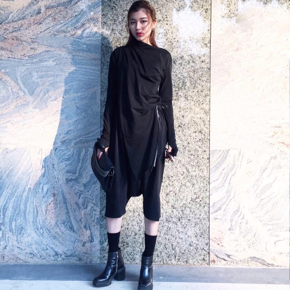 Áo choàng đen cá tính được mix cùng legging lửng và boots chiến binh mang đến hình ảnh một Đồng Ánh Quỳnh mạnh mẽ