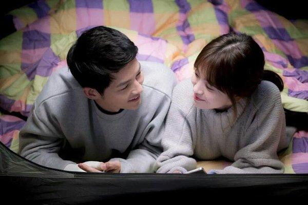 Trong phim, hai nhân vật mặc áo có cùng tông màu vô cùng trẻ trung