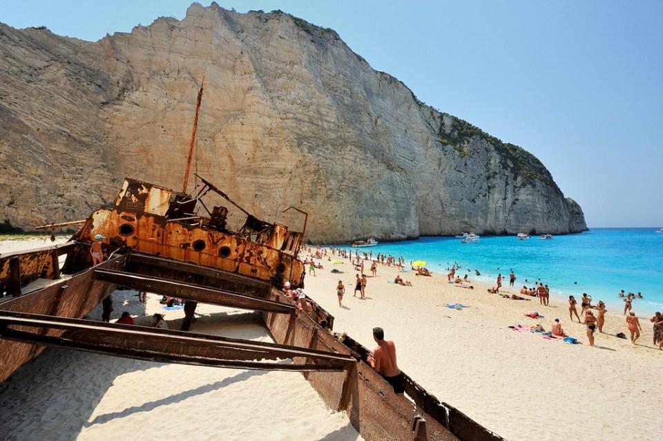 Con tàu sắt bị bỏ hoang chính là một trong những nét nổi bật ở vùng biển này