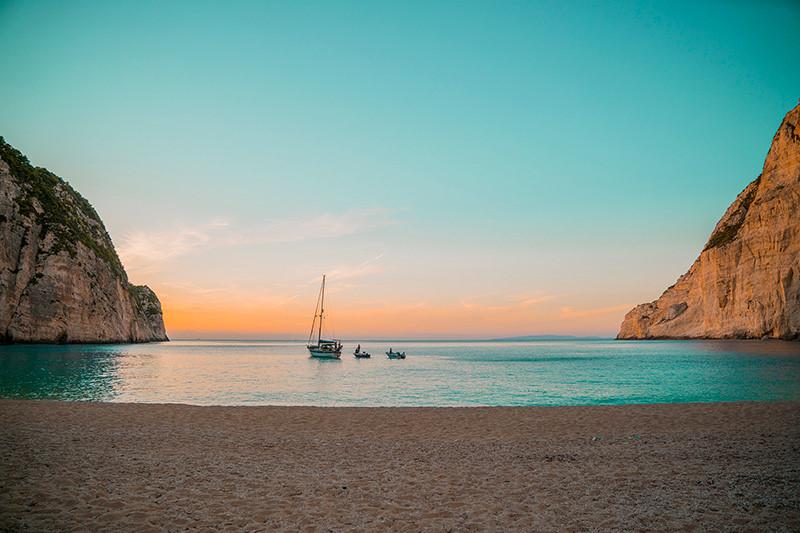 Cảnh hoàng hôn trên hòn đảo Navagio thơ mộng