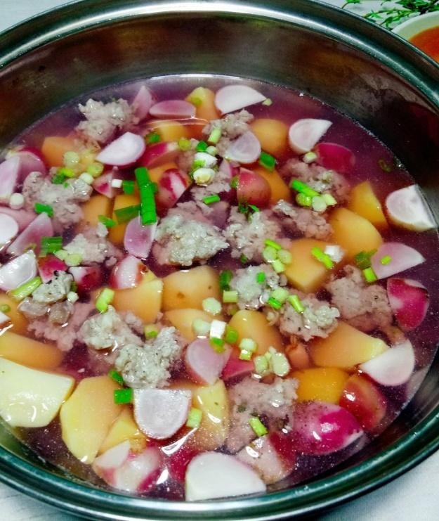 Khi khoai tây và củ cải chín thì dùng muỗng múc thịt viên vào nồi canh. Khi nồi canh sôi lại, các viên thịt nổi lên là canh đã chín, nêm nếm lại gia vị cho vừa ăn, cho thêm tiêu và hành lá vào rồi tắt bếp.