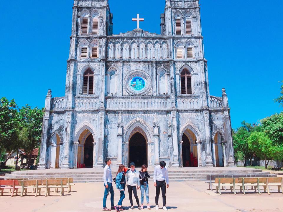 Được xây dựng từ năm 1892, nhà thờ Mằng Lăng tọa lạc tại xã An Thạch, huyện Tuy An, cách Tuy Hòa khoảng 35 km về phía bắc được coi nhà thờ cổ nhất của Phú Yên và là một trong những nhà thờ lâu đời nhất của Việt Nam.