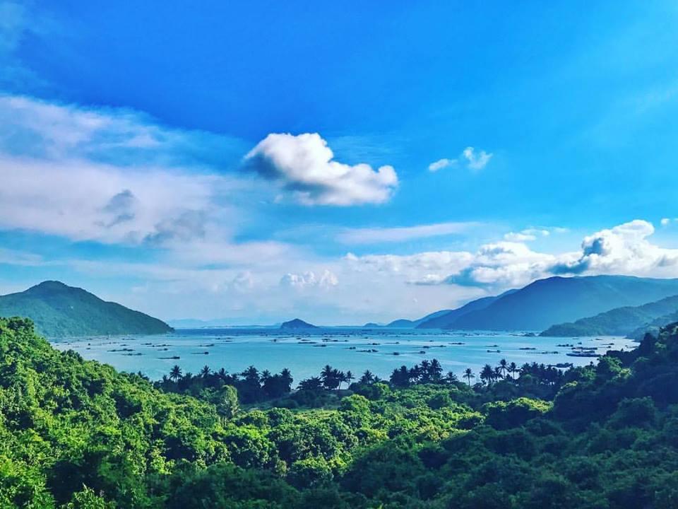 Vũng Rô là một vịnh nhỏ xanh biếc thuộc xã Hòa Xuân Nam, huyện Đông Hòa nằm ngay sát rìa dãy núi Đèo Cả. Vịnh cũng là ranh giới tự nhiên trên biển giữa Phú Yên với Khánh Hòa.