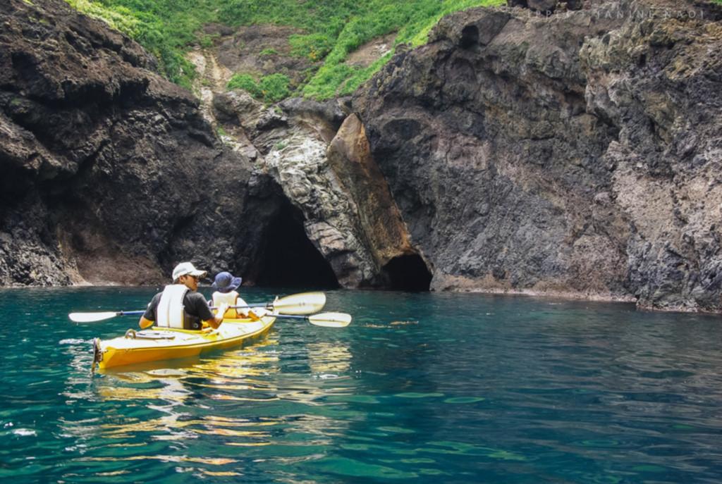 Có thể di chuyển vào đền Okitsu bằng thuyền nhỏ
