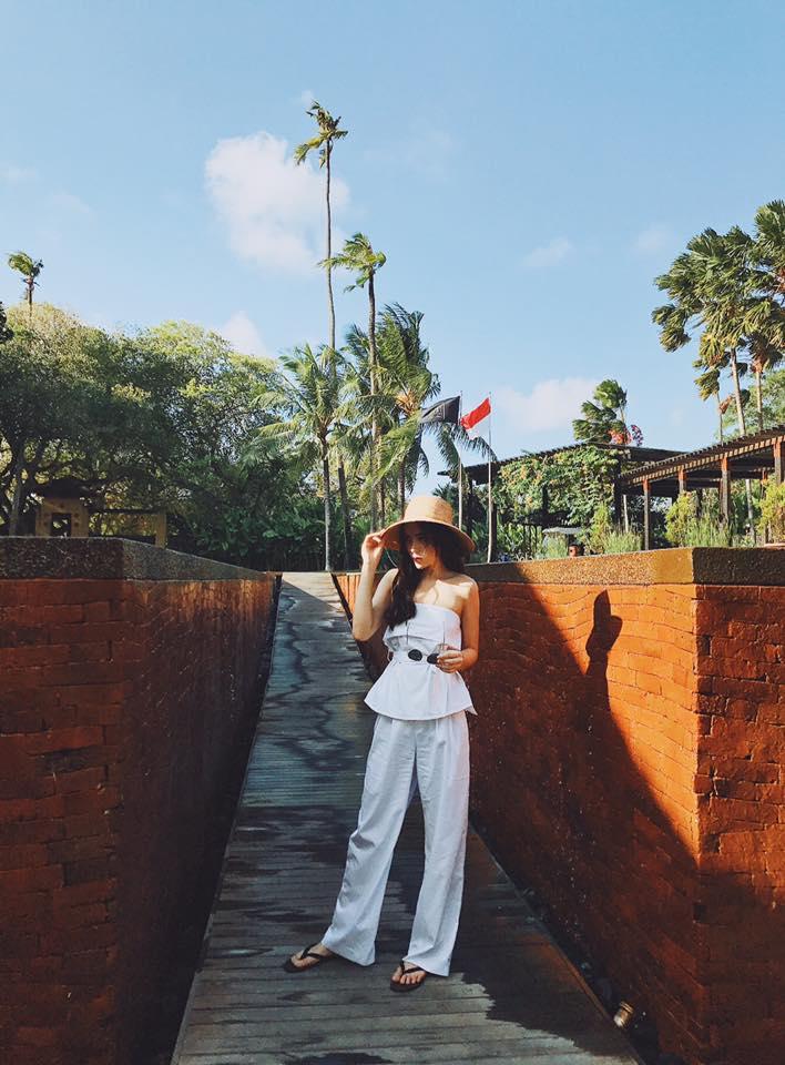 Hoa hậu Kỳ Duyên với bộ đồ trắng tinh đầy ấn tượng khi du lịch Bali