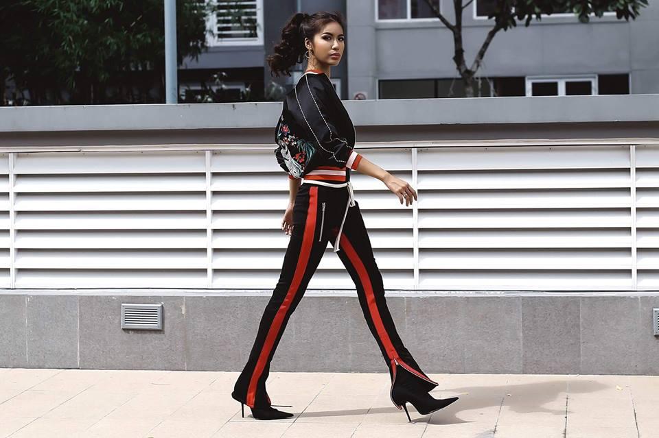 Cùng một bộ trang phục phong cách sporty chic, Minh Tú kết hợp với hai kiểu giày khác nhau đầy ấn tượng