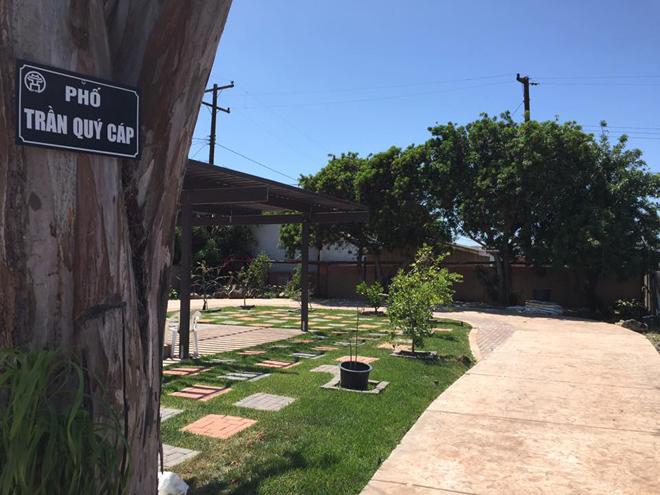 Ngôi nhà triệu đô của ca sĩ Bằng Kiều tại Mỹ với khu vườn có rất nhiều cây cảnh đẹp